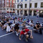 Profesori şi lucrători medicali din Spania au protestat marţi pentru a cere o reacţie mai bună faţă de criza provocată de Covid-19