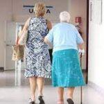 Două românce din Italia acuzate de înșelarea bătrânilor asistați. Le cereau bani pentru niște rude bolnave din România